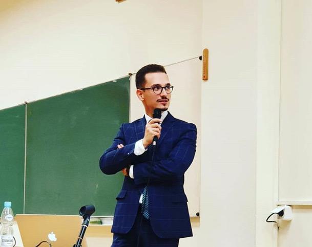 adwokat Jakub Urban wtrakcie wykładu nauniwersytecie rzeszowskim wRzeszowie dotyczącym zawierania iopiniowania umowy leasingu
