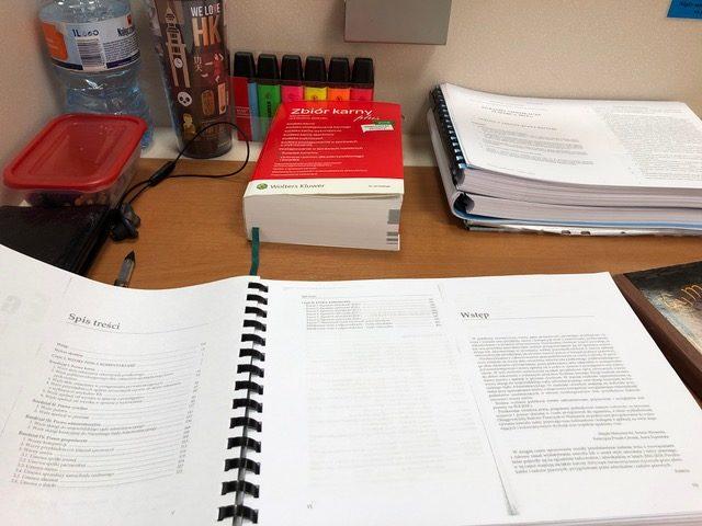 jak chce się być dobrym adwokatem trzeba poświęcić dużo czasu naczytanie literatury prawniczej kodeksów ikomentarzy