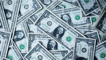 Polityka wynagrodzeń w spółkach publicznych, pieniądze, dolary, obsługa prawna przedsiębiorców
