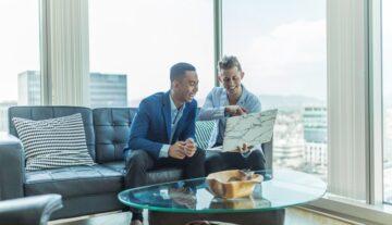 klient z adwokatem analizuje umowę brokerską ubezpieczenia w biurze w kancelarii prawnej