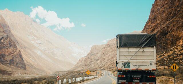 umowa spedycji przewóz samochód ciężarowy jedzie w górach z kraju do kraju