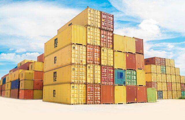 kontenery przywiezione statkiem napodstawie umowy zakupu duże zamówienie kolorowe materiały transport dowóz