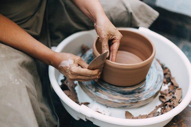 artysta wykonuje dzieło zgodnie zumową praca ręczna rękodzieło glina sztuka art
