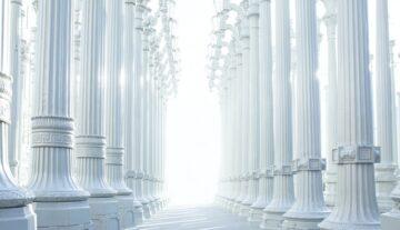 kolumny greckie dużo światła jasność sprawiedliwość sąd inny wymiar sądu internetowy elektroniczne postępowanie upominawcze
