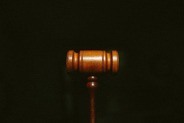 młotek sędziego sąd sprawiedlowość prawo praworządność prawnik rozprawa
