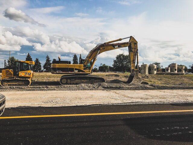 wykonywanie pracy koparką naplacu budowy budowanie nowych inwestycji zgodnie zumowa oroboty budowlane