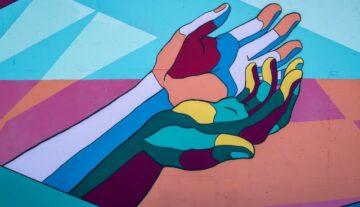 pomocna dłoń dwie ręce kolorowe dotacje fundacja założenie dobroczynność podanie komuś ręki