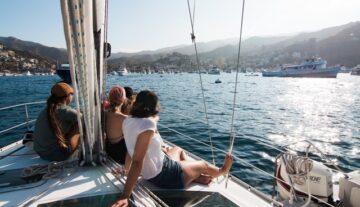 przyjaciele ludzie na łodzi wspólne spędzanie czasu pomysł na założenie stowarzyszenia ludzie z pasją